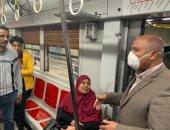 وزير النقل يفاجئ العاملين بمترو الشهداء قبل بدء حظر التجوال (صور)