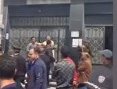 سكرتير محافظة الغربية يفض تجمعات المواطنين أمام سنترال كفر الزيات.. فيديو