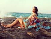 دوللى شاهين تستحضر أجواء الصيف بجلسة تصوير على البحر
