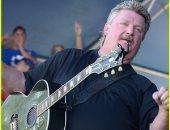 """بعد يومين من إصابته بـ""""كورونا""""..وفاة أيقونة الموسيقي الريفية جو ديفي"""