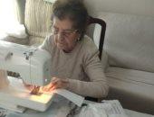 عجوز إسبانية تصنع 50 قناعا للوجه على مدار 8 ساعات يوميا للتبرع بها للمستشفيات