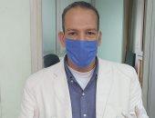 بالكمامة والجوانتى.. وائل يشارك فى مبادرة اليوم السابع للوقاية من كورونا