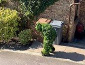 """""""الملل وسنينه"""" بريطانى يتحول لشجرة لكسر ساعات الحظر ويتجول بالشوارع"""