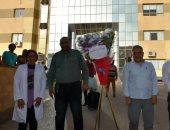 محافظ أسوان يهدي الأطقم الطبية بمستشفى العزل هدايا وباقات ورود