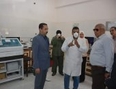 محافظ الوادي الجديد يتابع تركيب كابينة الأمان لإجراء تحاليل الفيروس بمستشفى الحميات (صور )