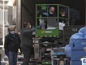 مشهد يثير الذعر.. عمال مستشفى بنيويورك ينقلون جثث ضحايا كورونا فى شاحنة.. فيديو