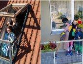 """مصور يتحدى كورونا بـ""""فوتوسيشن عن بعد"""" للعائلات من الشرفات والأسطح"""