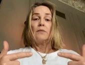 شارون ستون تواجه كورونا بتمرينات تقوية الرئة داخل الحجر الصحى.. فيديو