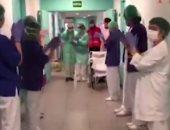 تعافى عجوز أسبانى عمره 93 عاما من كورونا والمستشفى تحييه بممر شرفى.. فيديو