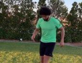 شاهد.. حسام غالى يستعرض مهاراته الكروية فى حديقة منزله