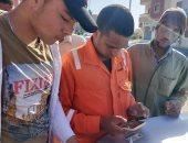 شباب غارب يساعدون العمالة المنتظمة فى تسجيل بياناتهم لصرف الإعانات..صور
