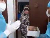 طاقم طبى يحتفل بعيد ميلاد فلسطينية بالعزل للاشتباه فى إصابتها بكورونا.. فيديو