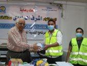 توزيع أدوات تعقيم على عمال النظافة بمركز أبوتشت.. صور