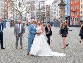 الحب يتحدى كورونا.. زواج من غير ضيوف وكاميرات فقط لتوثيق الحدث السعيد.. صور