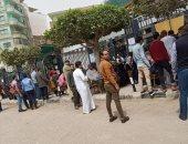 صور.. رغم التحذيرات من التجمعات.. تكدس المواطنين أمام البنوك فى الغربية