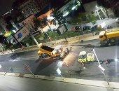 الإيد الشقيانة وقت الحظر.. عمال يرصفون شوارع الدقى.. فيديو وصور