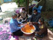 """شباب """"الهياتم"""" يجهزون شنط مواد غذائية ويوزعون 4 آلاف شنطة على فقراء القرية"""