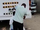 فيديو..  شرطة دبى تلقى القبض على حلاق استقبل زبائنه خلف حافلة رغم الحظر