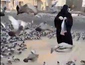 سيدة تطعم الحمام وتدعى باكية لزوال كورونا لتصلى التراويح فى المسجد الحرام.. فيديو