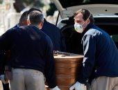 صور.. جنازات السيارات بإسبانيا.. توقف عربات الموتى أمام محارق جثث كورونا