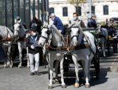 النمسا تستعين بعربات الخيول لتوزيع الطعام على الأهالى أثناء الحجر