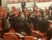 خناقة بالبرلمان التركى بين أعضاء حزب حليف لأردوغان وأخر معارض.. فيديو