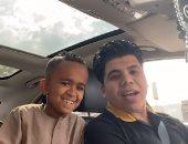 """بهوايا أنتى قاعدة معايا.. عمر كمال في دويتو جديد مع """"طفل أسوان"""" الشهير"""
