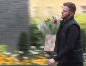 فيديو.. حكومة بريطانيا تستقبل الزهور والهدايا لـ بوريس جونسون