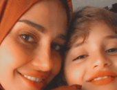 حلا شيحة بالحجاب برفقة ابنها: مفيش أجمل من الدعاء بيقين