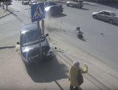 فيديو.. نجاة امرأة بأعجوبة من الموت بروسيا