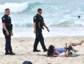 """الشرطة تلاحق """"راكبى الأمواج"""" فى شواطئ جولد كوست بأستراليا بسبب كورونا"""