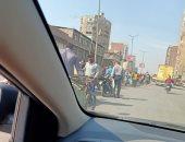 امسك مخالفة.. حسن يلتقط من سيارته صورة لتكدس المواطنين فى شارع بورسعيد