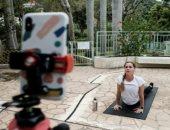 ماراثون ويوجا.. سكان هونج كونج يتحدون كورونا بممارسة الرياضة فى العزل المنزلى