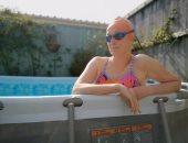 امرأة تبتكر طريقة جديدة للسباحة فى المنزل خلال فترة العزل.. صور وفيديو