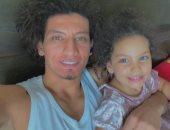 فيديو.. على زين نجم اليد يكسر ملل حظر كورونا بالتدريب مع أبنته زينة على تيك توك