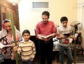 """كورونا لم تمنع أسرة مسيحية من الاحتفال بـ""""أحد السعف"""" فى المنزل"""