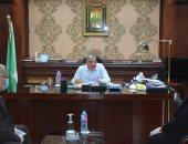 محافظ المنيا يبحث مع البنك الزراعى إجراءات صرف منحة العمالة غير المنتظمة