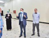 رئيس جامعة بنى سويف يوجه العاملين بمشروع تجهيز المدرجات بضرورة ارتداء الكمامات
