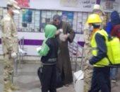 صور.. القوات المسلحة توزع كمامات مع التذاكر بمحطتى مترو الشهداء والسادات