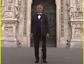 أندريا بوتشيلي يغني وحيدًا في كاتدرائية دومو ميلان التاريخية بإيطاليا
