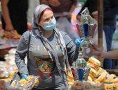 المصريون يلتزمون بارتداء الكمامات للوقاية من فيروس كورونا