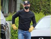 نجل توم هانكس يرتدى كمامة وقفازات عمال البناء خوفا من كورونا.. صور