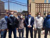مسئولو مستشفى أرمنت بالأقصر يحتفلون بشفاء طبيبين من فيروس كورونا.. فيديو وصور
