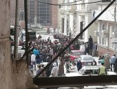 """خوفا من انتشار كورونا.. """"عاطف"""" يشكو ازدحام المواطنين أمام بنك بمدينة أسيوط"""