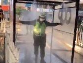 """تعقيم أفراد الأمن في بيرو بتثبيت """"دش"""" مطهر أمام مراكز الشرطة.. فيديو"""