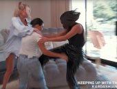 """كورتني كاردشيان تتحول لـ """"ترابيزة مكواة"""" في فيديو ساخر"""