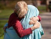 مشاعر الأمومة انتصرت على كورونا..غطت ابنتها بملاءة سرير لكى تحتضنها