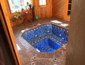 """زوجان ينتقلان لمنزل جديد فيكتشفان """"حمام سباحة"""" بإحدى الغرف"""