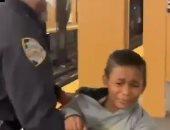 الشرطة الأمريكية تعتقل طفلًا خالف قرار التجول فى مترو نيويورك.. فيديو