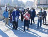 محافظ الإسكندرية يوزع كمامات على العمال بمواقع المشروعات الإنشائية